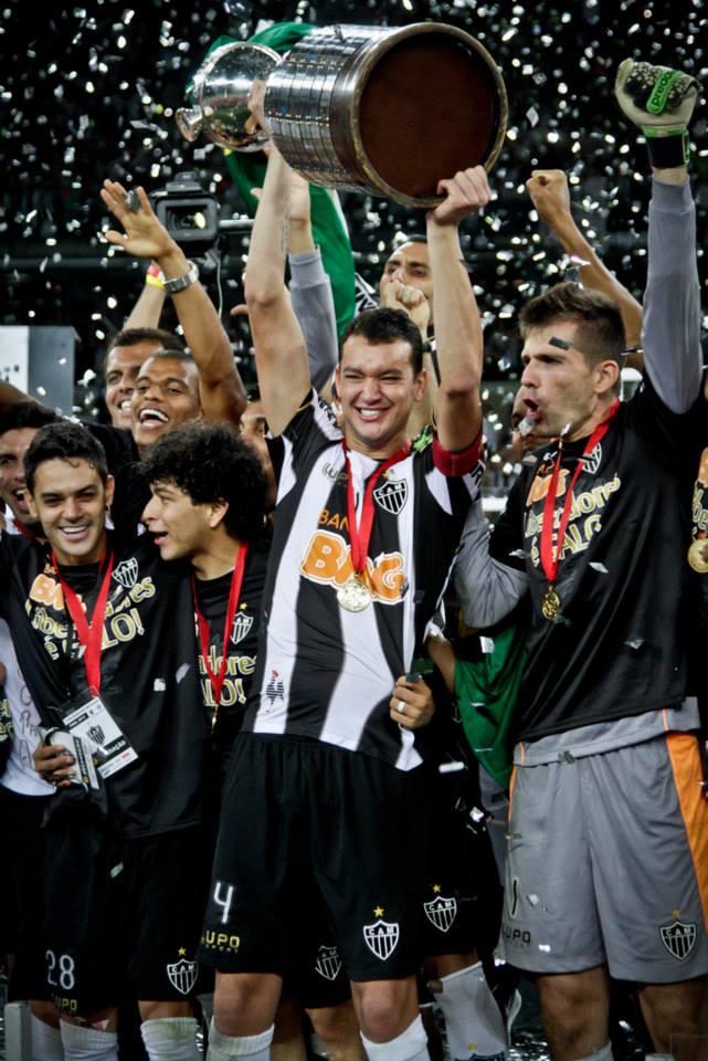 Réver levanta a taça. FOTO: divulgação Atlético