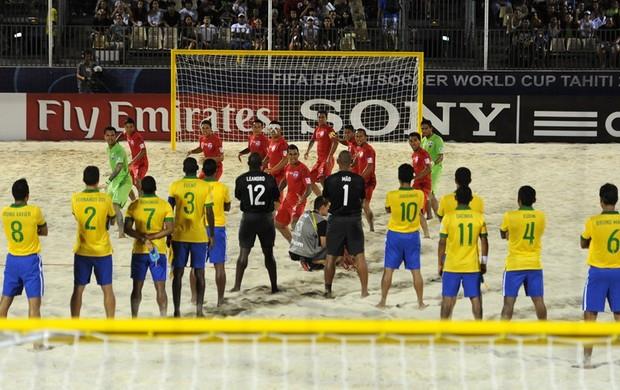 Seleção brasileira diante do ritual taitiano na disputa do 3º lugar. FOTO: Getty Images