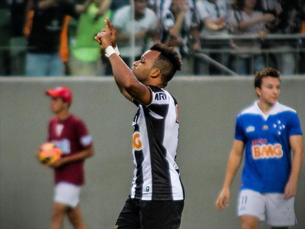 Fernandinho comemora golaço no clássico. FOTO:  Dudu Macedo / Foto Arena