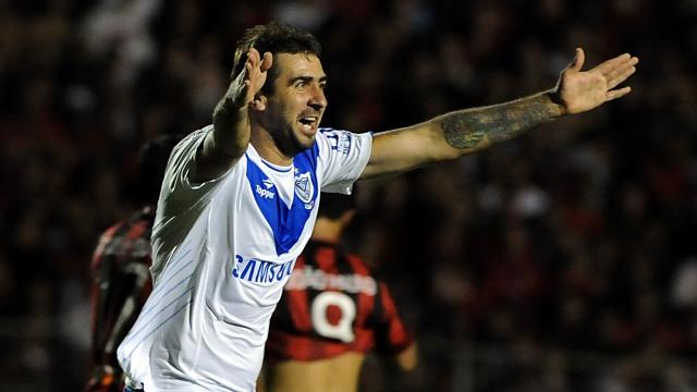Pratto comemora a vitória em Curitiba que condenou o Furacão e classificou o Vélez. FOTO: AP/Denis Ferreira Netto