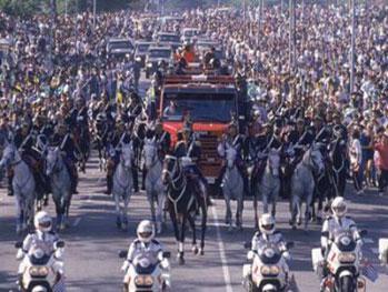 """Funeral de Ayrton Senna levou um """"oceano"""" de pessoas para as ruas da cidade de São Paulo. FOTO: http://blogmonumentalformula.wordpress.com."""