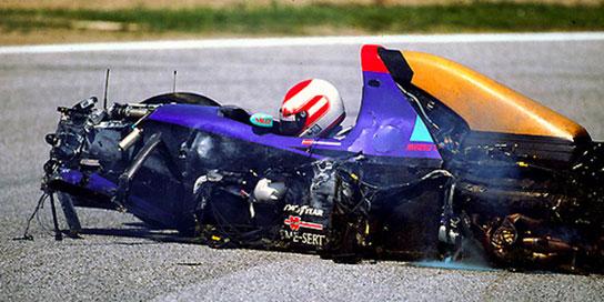 Carro de Roland Ratzemberger após o acidente no treino classificatório no sábado. FOTO: superdanilof1page.com.br