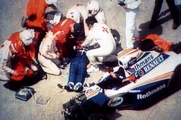 Imagem de Senna sendo socorrido após o acidente que ceifou sua vida. FOTO: thesundaytimes.co.uk
