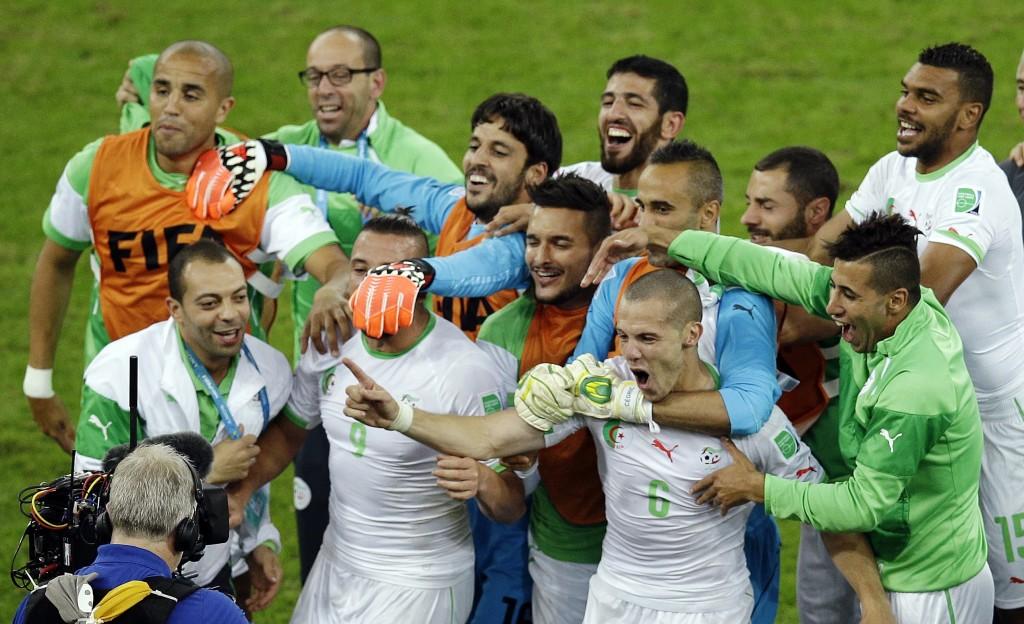 A incrível Argélia festeja a classificação. FOTO: Michael Sohn / AP