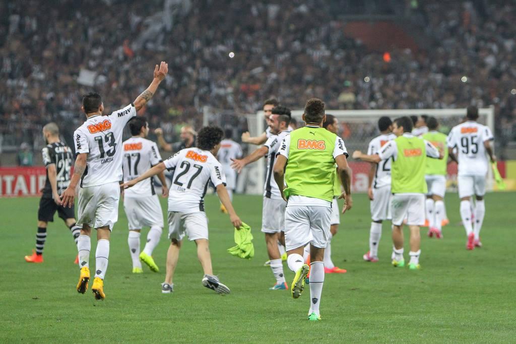 Jogadores comemoram ironizando a dança do técnico Mano no jogo de ida. FOTO: Atlético-MG