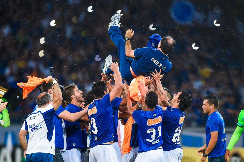 Festa dos jogadores com o técnico Marcelo Oliveira. FOTO: Agencia Estado