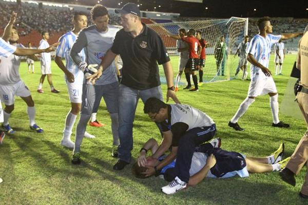 Confusão generalizada marcou jogo da volta entre Londrina e Brasil de Pelotas. FOTO: Roberto Custodio/Jornal de Londrina