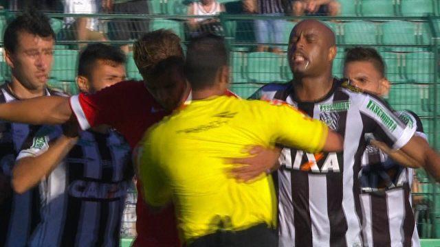 Rafael Moura ajuda o Inter a se garantir na fase de grupos da Libertadores e ainda salva juiz dos adversários. FOTO: globoesporte.com