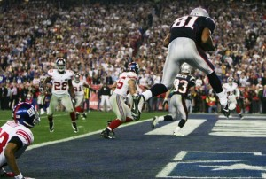 Randy Moss recebe passe de Brady para TD