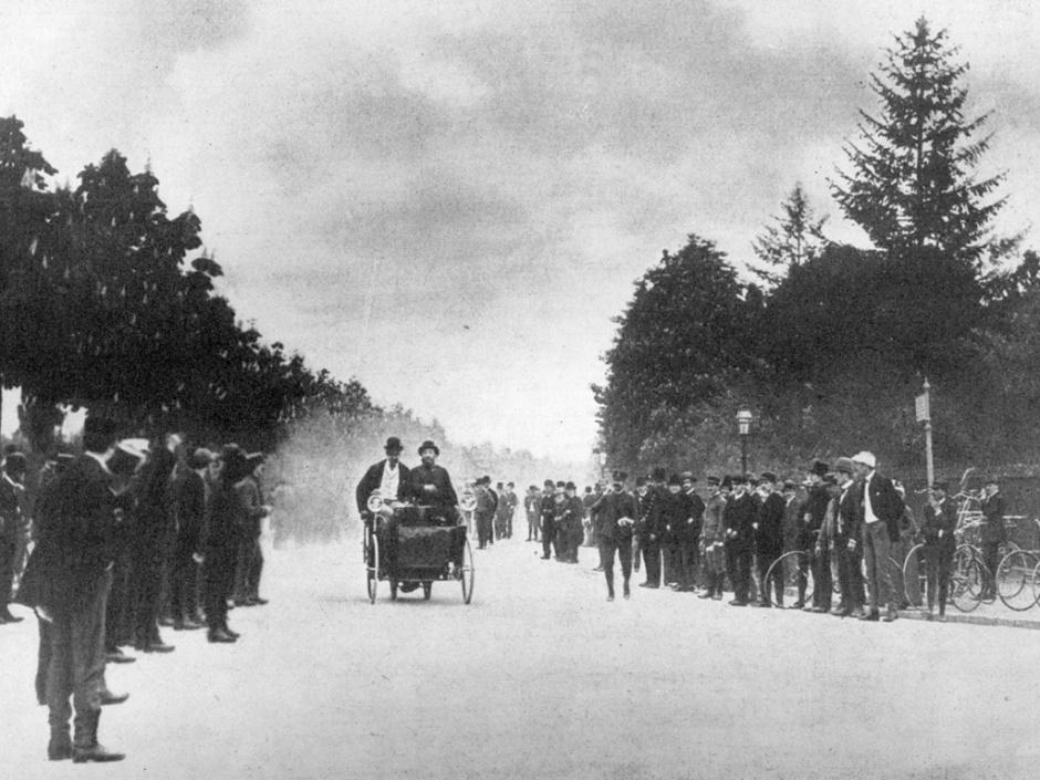 George Bouton e Conde de Dion na primeira corrida de carros realizada. FOTO: Getty Images