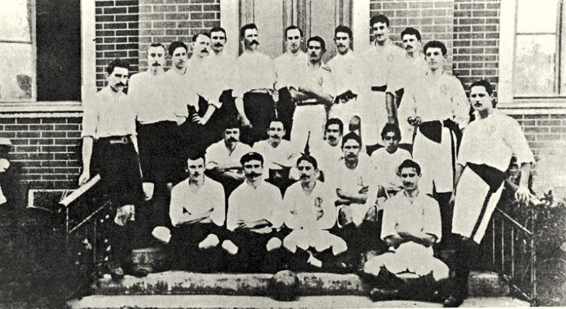 O bigodudo Charles Miller, sentado da esquerda para a direita.