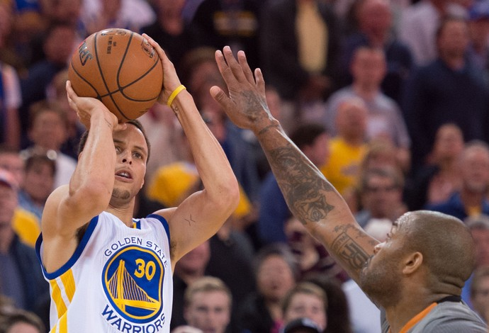 O franco favorito a ganhar o MVP da temporada, o Stephen Curry vai comandar os Warriors nos playoffs. FOTO: Reuters