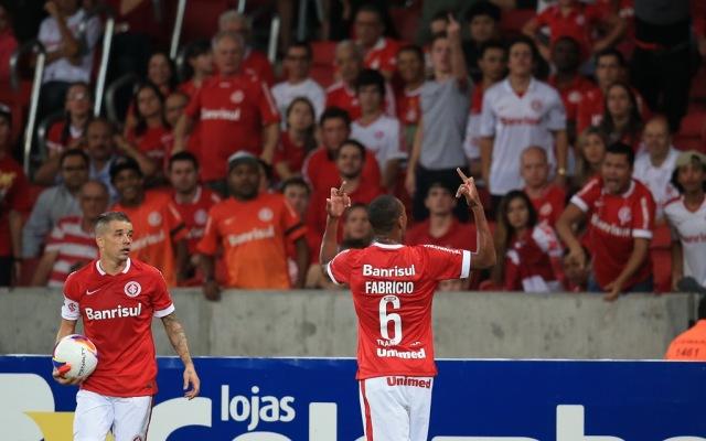 Fabrício tem crise de fúria, briga com torcida e campo e vai embora do Inter. FOTO: Fernando Gomes / Agência RBS