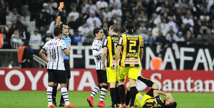 Tensão superou futebol e Corinthians teve despedida melancólica da Libertadores. FOTO: Marcos Ribolli