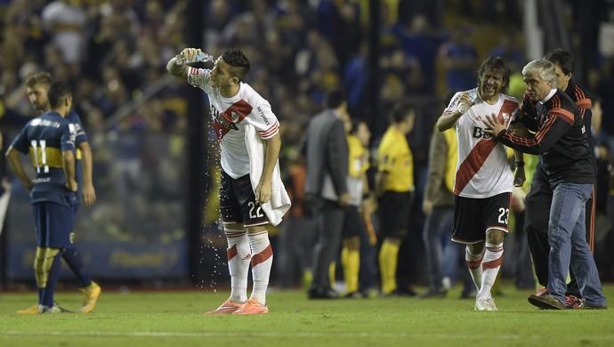 Faltou futebol e sobrou confusão entre Boca e River. FOTO: AFP
