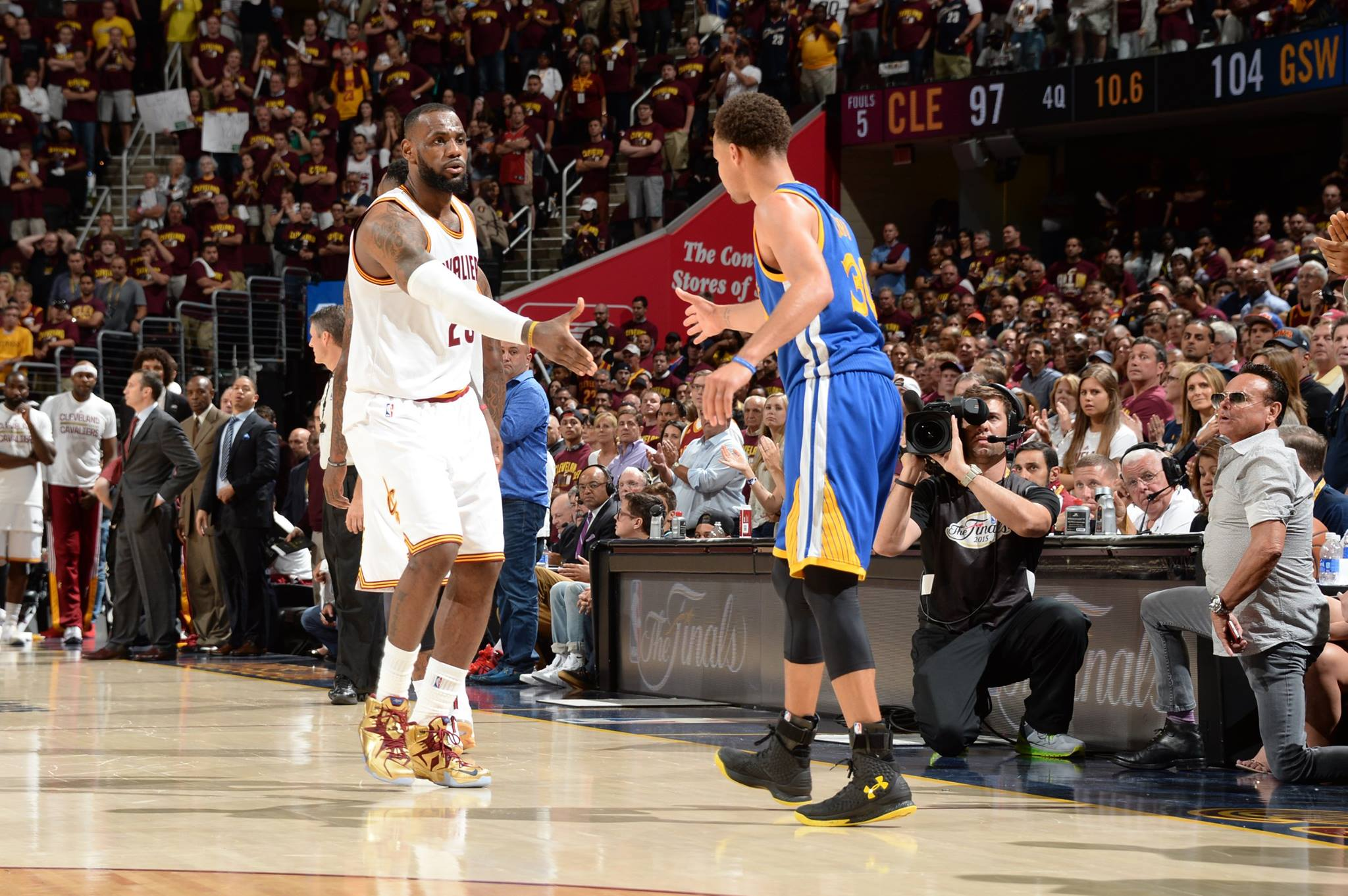 O encontro dos dois nomes da temporada. LeBron e Curry. FOTO: NBA