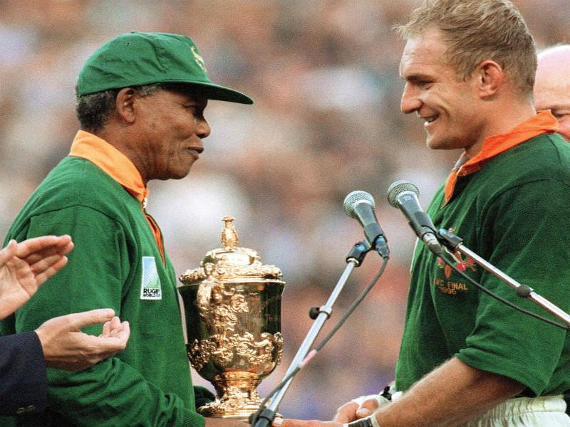 Mandela entrega a taça ao capitão dos Springboks. FOTO: Getty Images