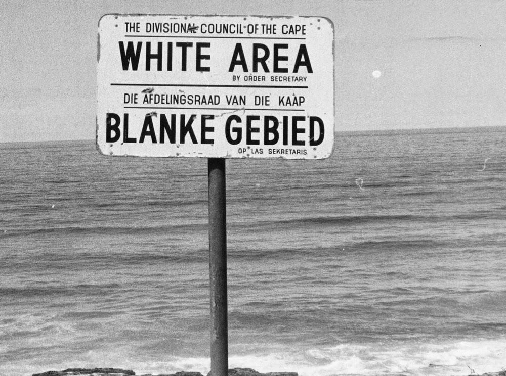 Divisão racial explícita em locais públicos. FOTO: crative commons