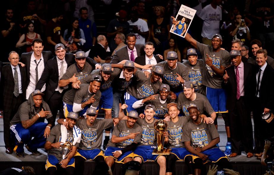 O Golden State Warriors com a taça da NBA. FOTO: Getty Images