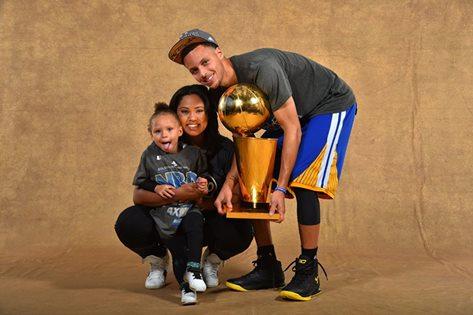 Curry, sua esposa e a carismática filha Rilley. FOTO: NBA