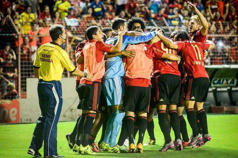 Jogadores comemoram a boa vitória em casa. FOTO: Lance Press