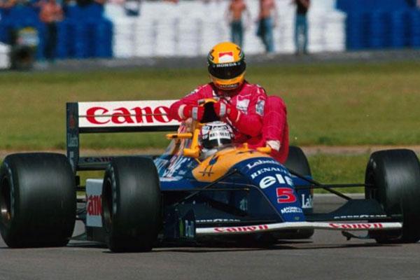 """Imagem histórica da """"carona"""" que Mansell deu para Senna ao final do GP da Grã-Bretanha de 1991. FOTO: www. esporte.ig.com.br."""