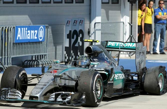 Nico Rosberg chega aos boxes com o pneu furado no GP da Hungria. FOTO: AFP