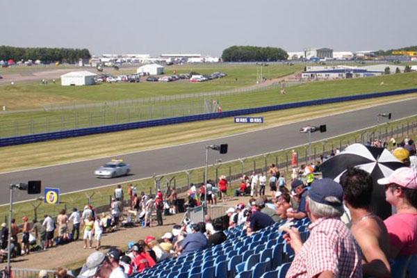 """Detalhe de uma das retas mais conhecidas da Fórmula 1 a """"Reta do Hangar"""". FOTO: pt.wikipedia.org."""