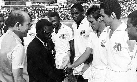 Santos jogando em Kinshasa, 69.