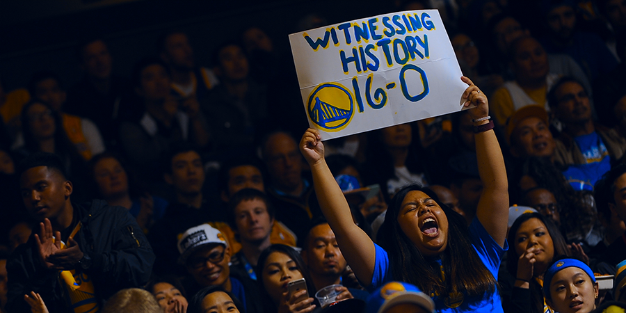 Torcida no embalo do time com marca histórica. FOTO: Fanpage oficial dos Warriors