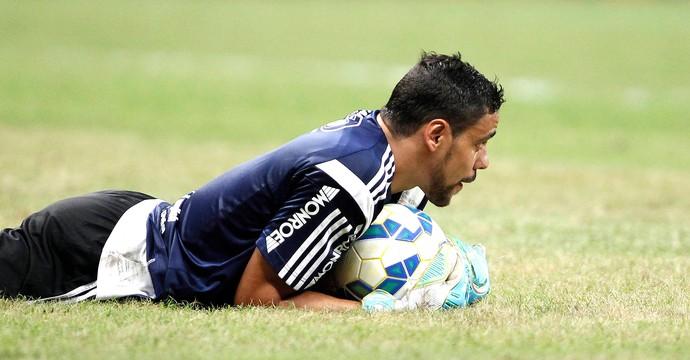 Diego Oliveira faz o gol de empate, vai para o gol e salva a Ponte. FOTO: Adalberto Marques/AE
