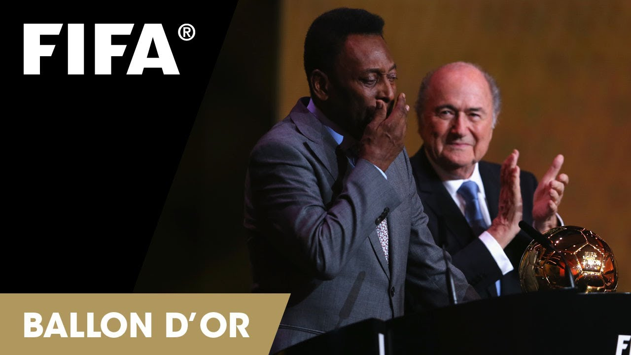 Pelé recebendo a Bola de Ouro pelo conjunto da obra. FOTO: FIFA