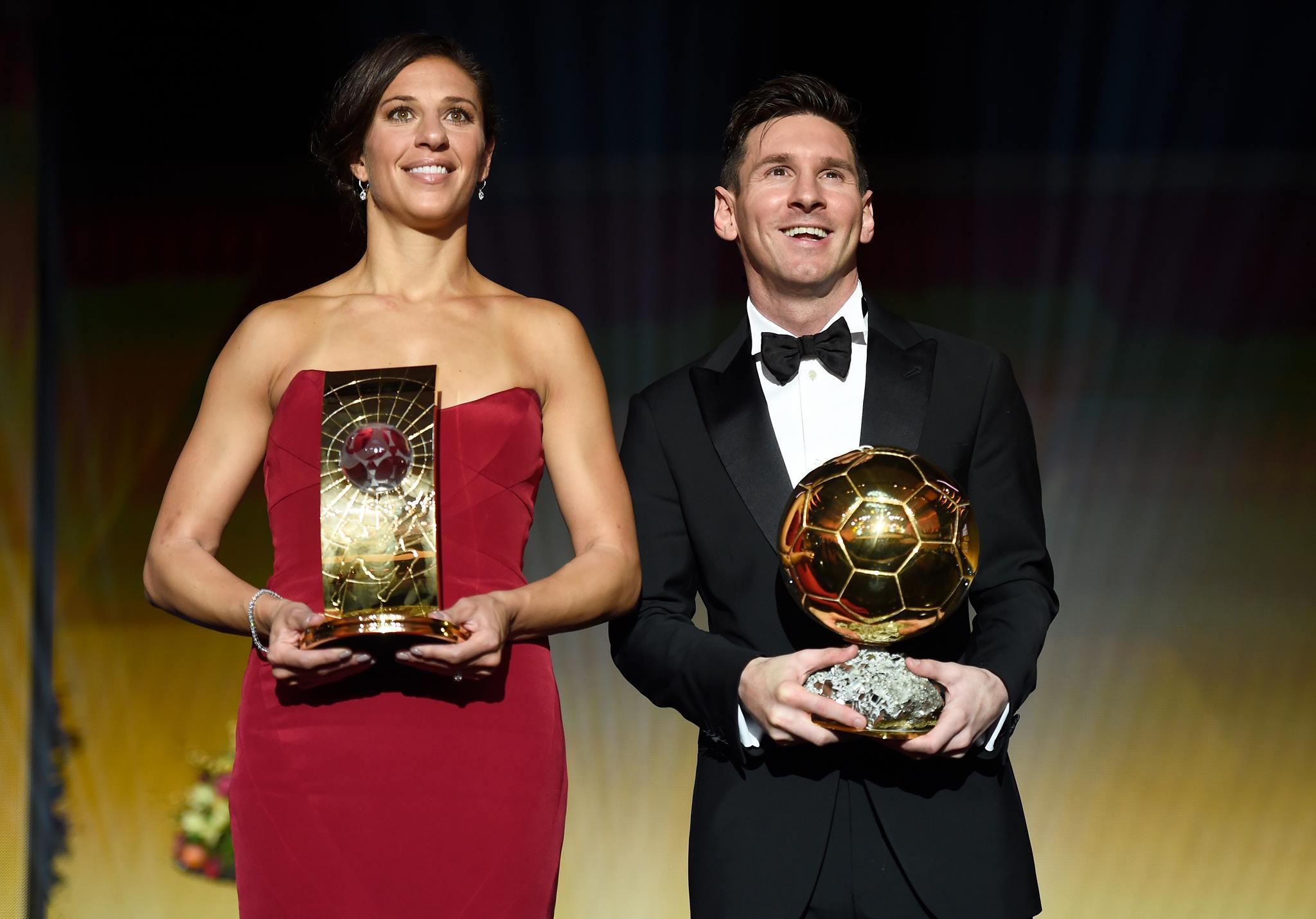 Messi ao lado de lloyd. O melhor jogador e a melhor jogadora do mundo. FOTO: FIFA