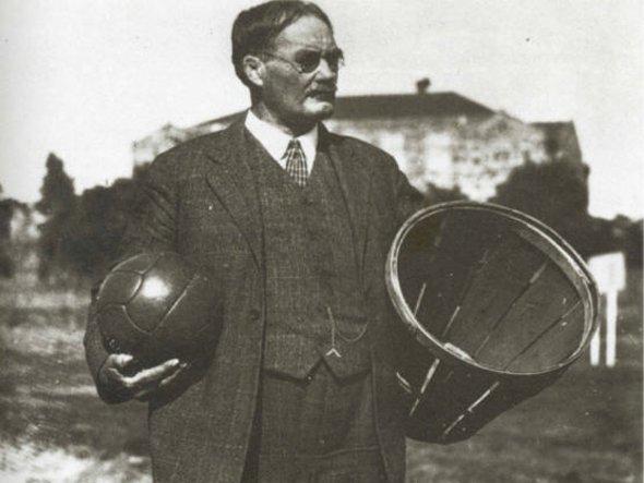 Naismith com a bola e cesto de sua invenção