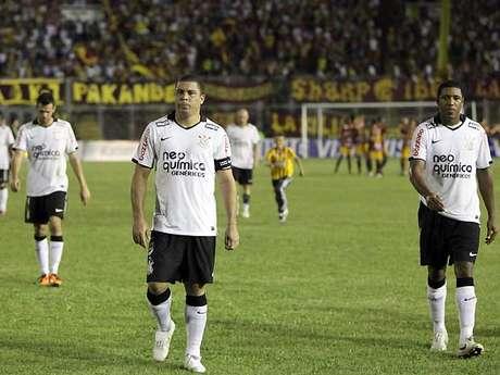 Ronaldo e os companheiros saem de campo desolados. FOTO: EFE