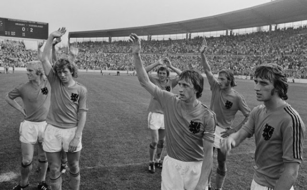 Os jogadores laranjas agradecem sua torcida após a vitória.