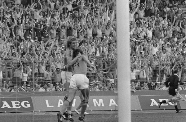 Rep e Cruyff comemoram o gol.