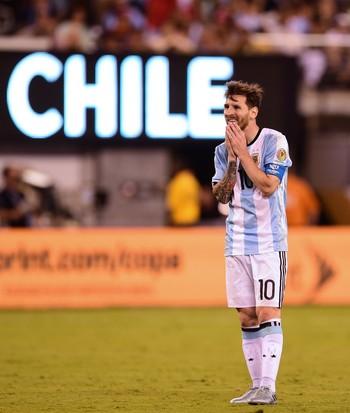 O desalento de Messi após mais um fracasso. FOTO: AFP