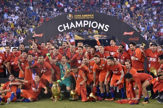 Jogadores chilenos comemoram o segundo triunfo sobre os argentinos. FOTO: AP