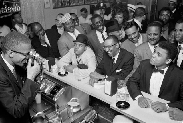 Ali ao lado de Malcolm X. FOTO: Bob Gomel