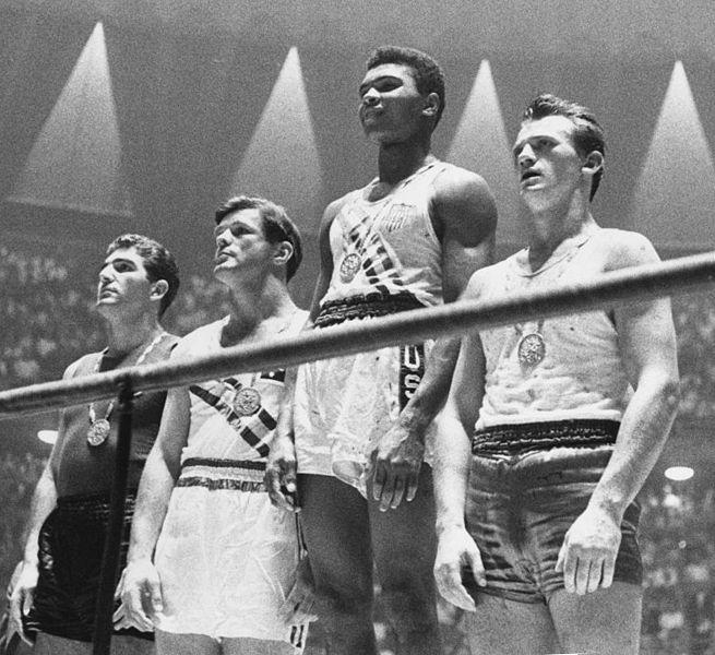 Cassius Clay no pódio das Olimpíadas de Roma. FOTO: Wikipedia Commons