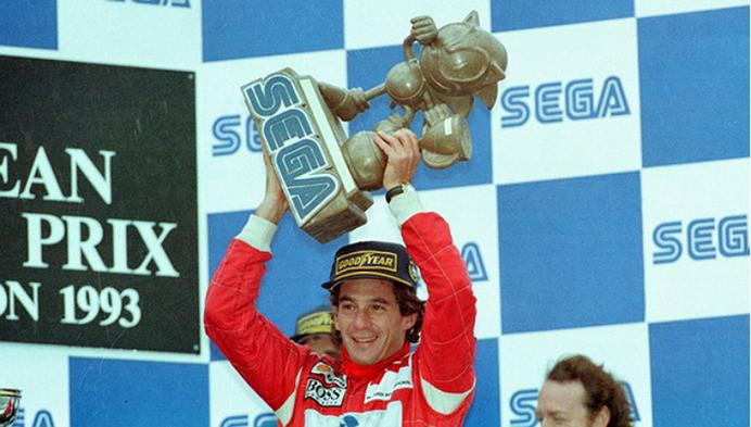 Senna recebe o inusitado troféu em formato de Sonic para o piloto com a volta mais rápida no GP daquele ano. Foto: projetomotor.com.br