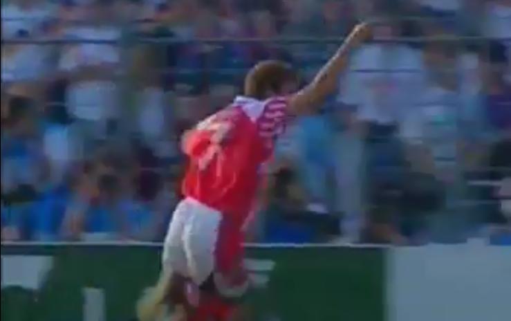Jensen comemora o primeiro gol.