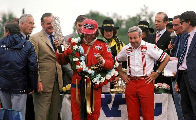 Emerson Fittipaldi recebendo o troféu de vencedor do GP da Grã Bratanha de 1975. FOTO: www.gps.gpexpert.com.br