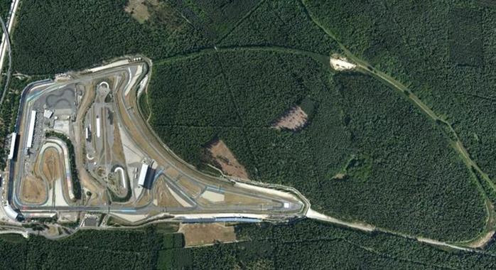 Vista aérea do circuito Hockenheimring, onde é possível ver os resquícios do antigo traçado de quase 7 km de extensão. FOTO: www.pinterest.com