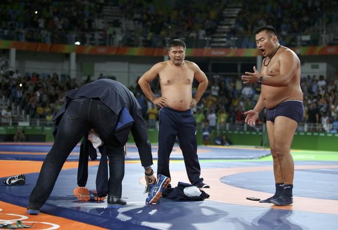 Seminus, treinadores da luta olímpica da Mongólia protestam contra marcação da arbitragem. FOTO: Reuters