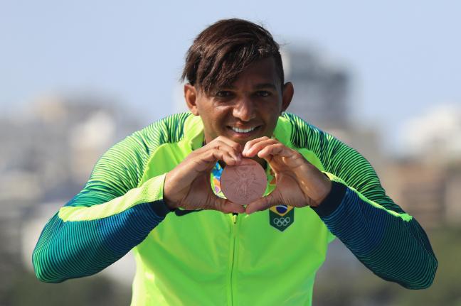 Isaquias é só amor e faz um coração com a ajuda da medalha FOTO: Getty Images/Mike Ehmann