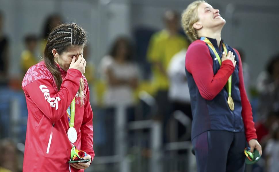 Louise em êxtase e Saori aos prantos no pódio. FOTO: Mariana Bazo/Reuters