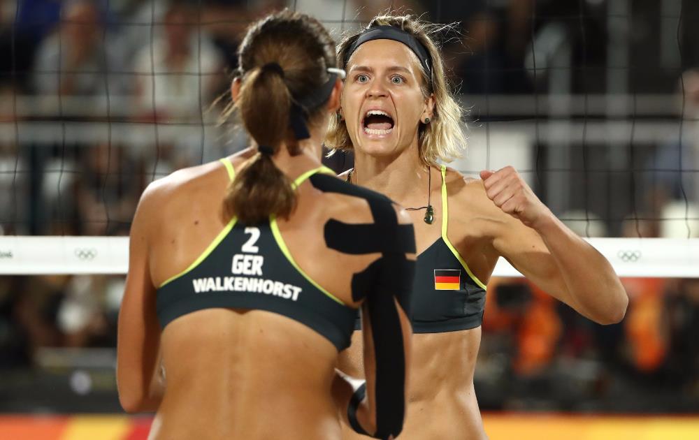 Laura Ludwig e Kira Walkenhorst comemoram o ouro alemão em Copacabana. FOTO: Getty Images/Ezra Shaw