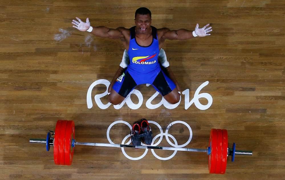 Oscar Figueroa vibra após quebrar o recorde Olímpico do arremesso e ganhar o ouro para a Colômbia. FOTO: Getty Images/Pool